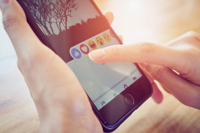 smartphone facebook reakcje