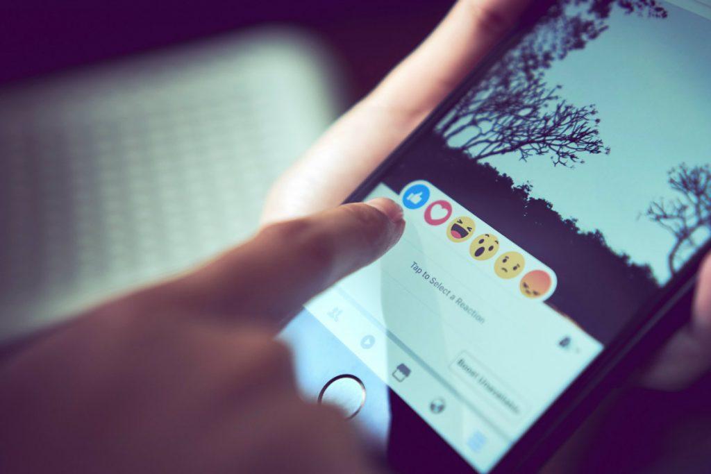 Facebook reakcje aktywność smartfon mobile
